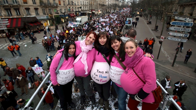 """Pregnant"" anti gay marriage protestors in Paris Image credit: Xavier Collombier (@xawa sur Twitter) avec AFP/curation du web"